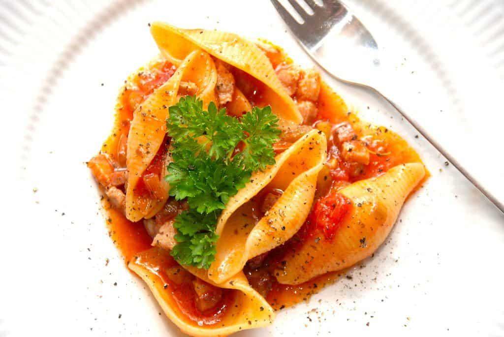 Pasta med forårsløg og indkogt tomatsovs