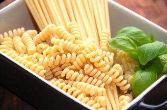 Pasta er elsket af de fleste børn og voksne, og pastaen kan anvendes i et utal af forskellige retter. Pastaen har været udskældt for at være for usund, men sådan behøver det ikke at være. På billedet ser du maccaroni og pastaskruer. Foto: Madensverden.dk.
