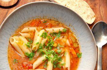 En rigtig italiensk pasta suppe, der laves på en bund af hvidløg og forårsløg, samt gulerødder og bladselleri. Suppen koges med bouillon og tomat, inden pastaen til sidst vendes i sammen med persille. Nyd pasta suppen med friskbagt brød. Foto: Madensverden.dk.