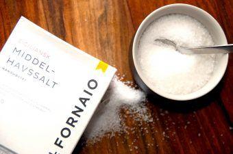 Salt er nok noget f det vi bruger allermest, og som er sværest at undvære. Og faktisk spiser vi alt for meget salt, blandt andet fordi det er skjult i mange færdige fødevarer. Hjemme i køkkenet er det nemmere selv at styre saltmængden. Foto: Madensverden.dk.