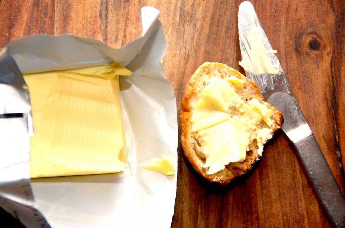 Smør er jo næsten dansk nationalspise, og det danske Lurpak smør er da også kendt over det meste af verden. Smørret er selvfølgelig meget fedtholdigt, men det indeholder også sunde næringsstoffer. Foto: Madensverden.dk.