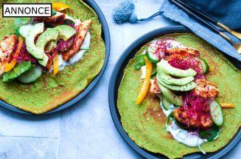Lækre og dejlige spinatpandekager, der serveres med kylling og blandt andet avocado. Pandekager med spinat er god og sund hverdagsmad, der samtidig er ret nem at lave. Opskriften giver 10 dejlige spinatpandekager.