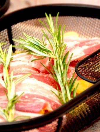 Stegt flæsk og kartofler i rotisserie på grill