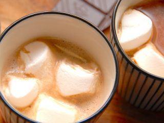 En skøn varm kakao med skumfiduser. Her har jeg skåret skumfiduserne i lidt mindre stykker, men det kan du jo gøre som du synes. Foto: Madensverden.dk.