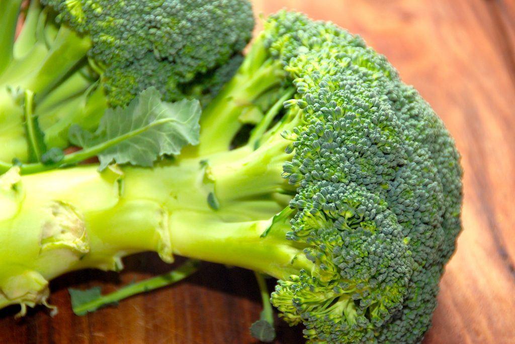 Broccoli er i virkeligheden en kål, og den er super sund. Broccolien indeholder masser af vitaminer og mineraler, og den kan anvendes på et utal af måder. Foto: Madensverden.dk.