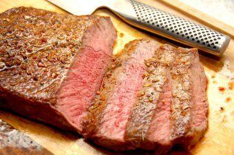 Brontosaurus steak XL er en velvoksen udskæring, hvor bøfferne typisk er på omkring 400 gram stykket. Men smagen er i top, og det uanset om du steger den på panden eller grillen. Foto: Madensverden.dk.