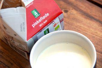 Fløde er som bekendt et mælkeprodukt, og det findes i en række forskellige udgaver. Flødens indhold af fedt afhænger blandt andet af, om du skal bruge den til flødeskum eller blot til kaffen. Foto: Madensverden.dk.