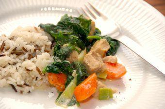 En skøn gryderet med spinat og svinekød i tern, som koges sammen med lidt ingefær og bouillon. Det er en let gryderet, som på ingen måde er tung i smagen, og den serveres med kogte ris. Gerne en blanding med vilde ris. Foto: Madensverden.dk.
