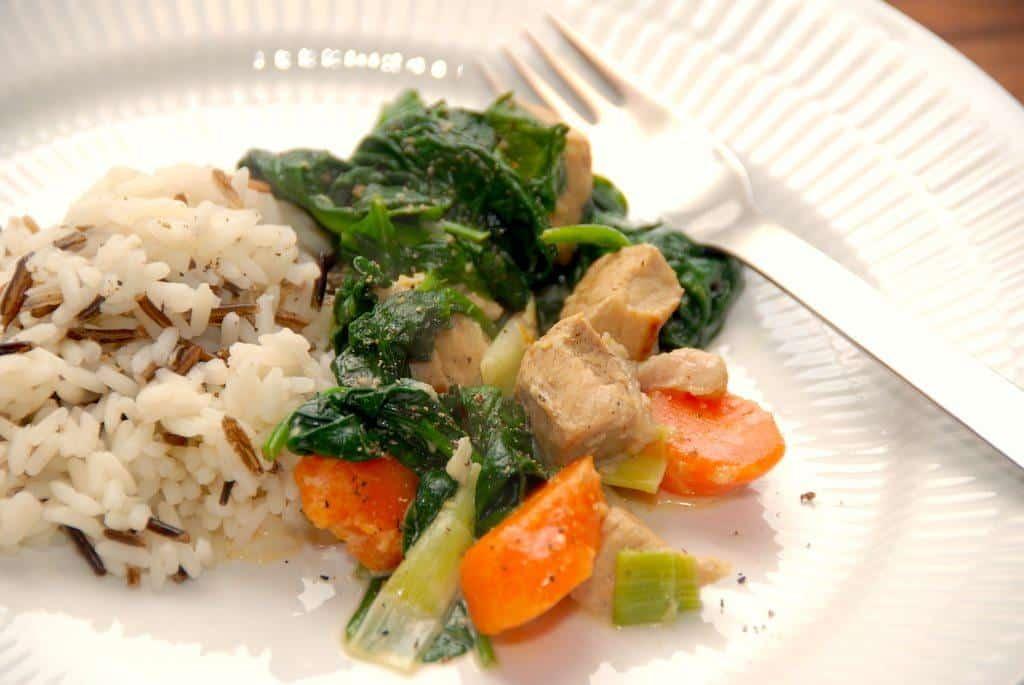 Gryderet med spinat, ingefær og svinekød