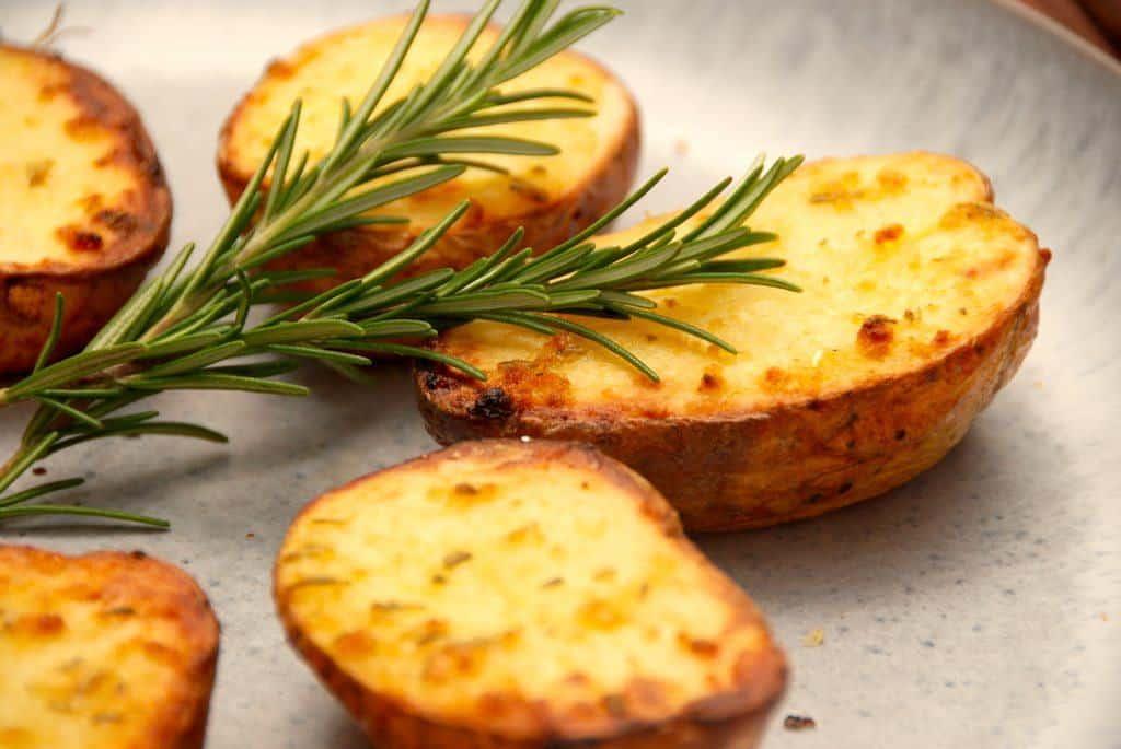Halve bagte kartofler med hvidløg