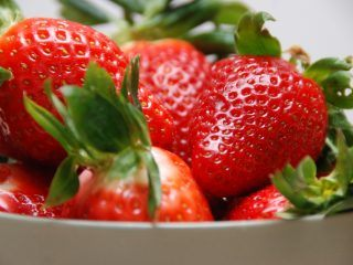 Hvad er næsten bedre end sådan en hjemmelavet jordbærmarmelade, der blot indeholder masser af jordbær og sukker. Den færdige marmelade hældes på glas, og kan derefter holde sig i månedsvis. Foto: Madensverden.dk.