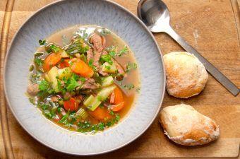 En lækker italiensk suppe, der tager cirka en halv time at lave. Suppen koges med kalvekød og friske grøntsager, herunder gulerødder og bladselleri. Det er en nem suppe, der både egner sig som forret og hovedret. Foto: Madensverden.dk.