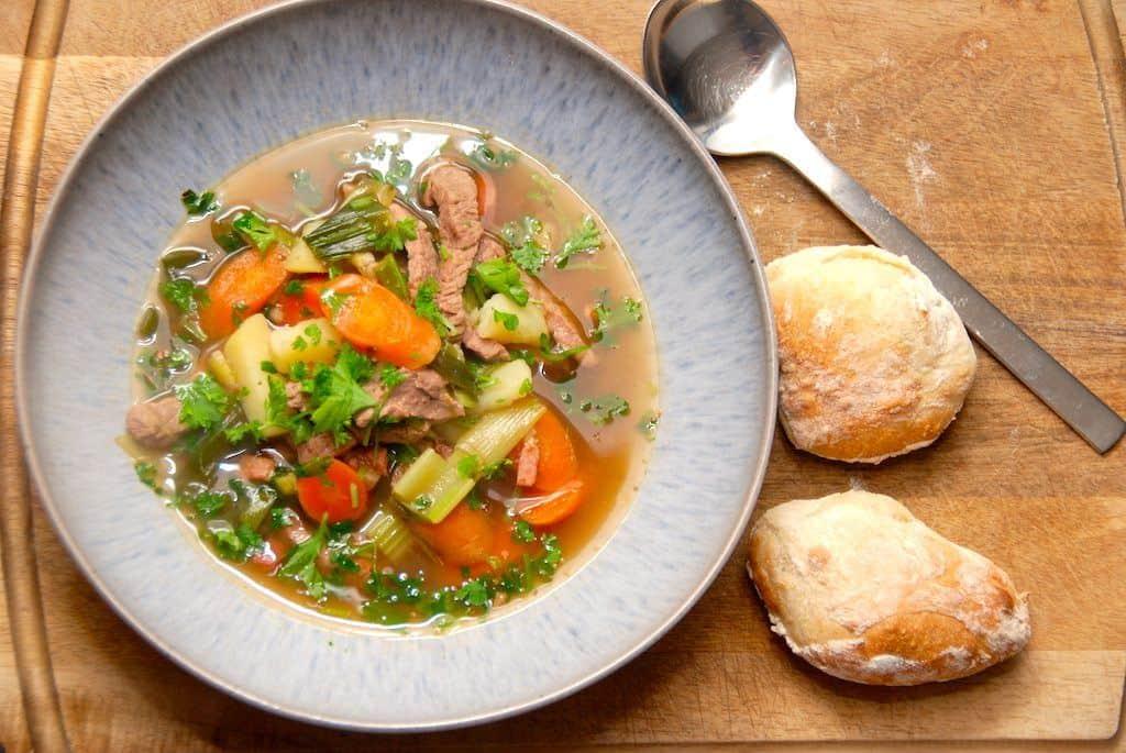 Italiensk suppe med kalv og grønt
