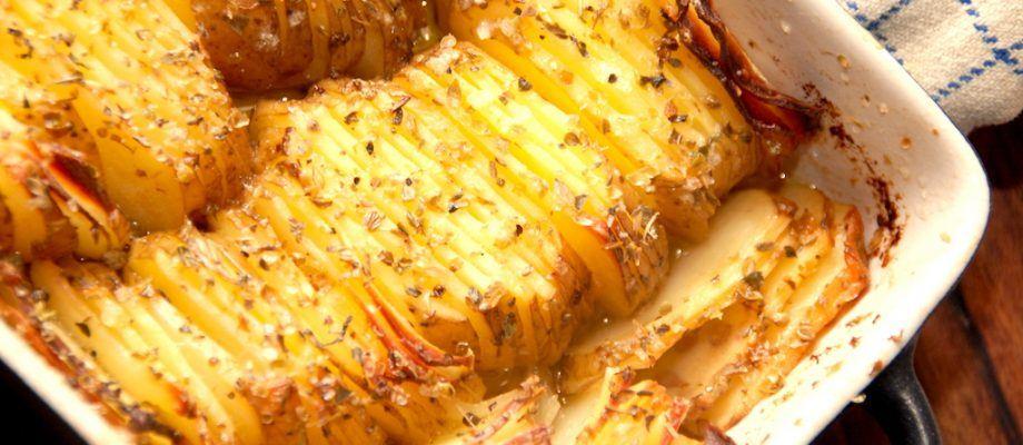 Et dejligt fad med kartofler med smør og rosmarin, der er godt tilbehør til blandt andet oksesteg og bøffer. Kartoflerne bages i ovnen, og bliver med masser af smag. Foto: Madensverden.dk.