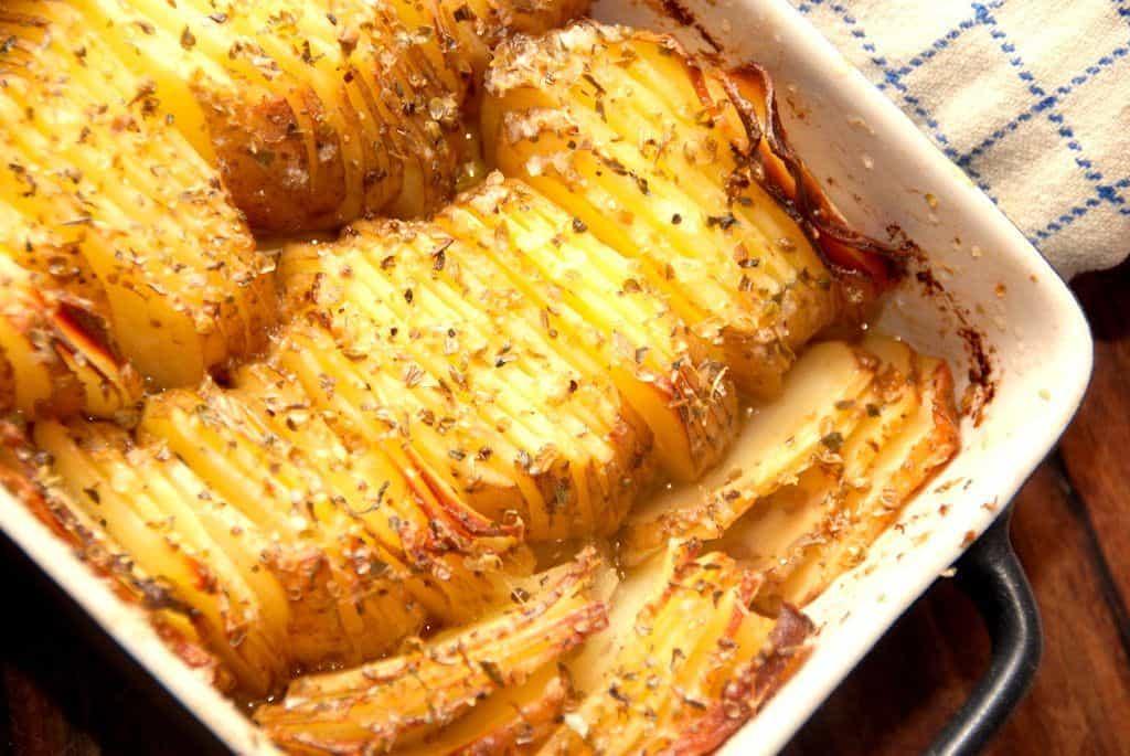 Kartofler med smør og rosmarin i fad