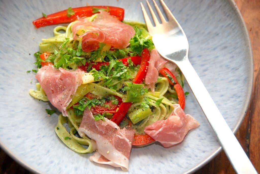 Nem spinatpasta med stegte peberfrugter og skinke