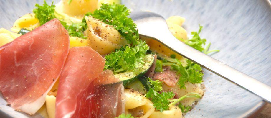 En meget lækker og nem pasta carbonara, der kan laves med stort set alle typer pasta. Pastaen vendes med æg og fløde, og den er også tilberedt med squash og løg. Foto: Madensverden.dk.