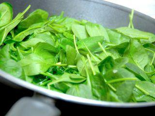 Spinat bør vi spise meget mere af, for det er på alle måder en superfood. Dels er den enorm sund - både i frisk og frossen tilstand. Men den er også nem og hurtig at bruge i madlavningen, hvor den har utallige anvendelsesmuligheder. Foto: Madensverden.dk.