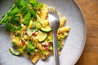 Squashsauce med pasta er en virkelig dejlig, som samtidig er både nem, hurtig og billig at lave. Derfor er den god altid at have i samlingen over gode opskrifter. Foto: Madensverden.dk.