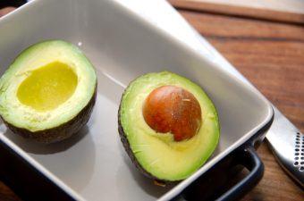 Du kan meget nemt lave en virkelig lækker avocadosalat med mango, og den smager altså fantastisk godt. Avocadosalaten laves med avocado og mango i tern, som vendes med blandt andet lidt citronsaft. Foto: Madensverden.dk.