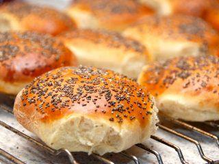 Lækre og luftige burgerboller med chiafrø, der passer perfekte til en hjemmelavet burger. Opskriften giver 12 store burgerboller. Foto: Madensverden.dk.