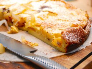 Clafoutis er en fransk dessertkage, der kan fyldes med blandt andet pære og chokolade. den normale udgave er med kirsebær, men fyldet kan med fordel varieres. Foto: Madensverden.dk.