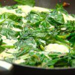 Flødestuvet spinat laves af friske spinatblade, der cremes ind med lidt fløde. Den flødestuvede spinat er god til fisk og kylling, men an også serveres som tilbehør til andre retter. Foto: Madensverden.dk.