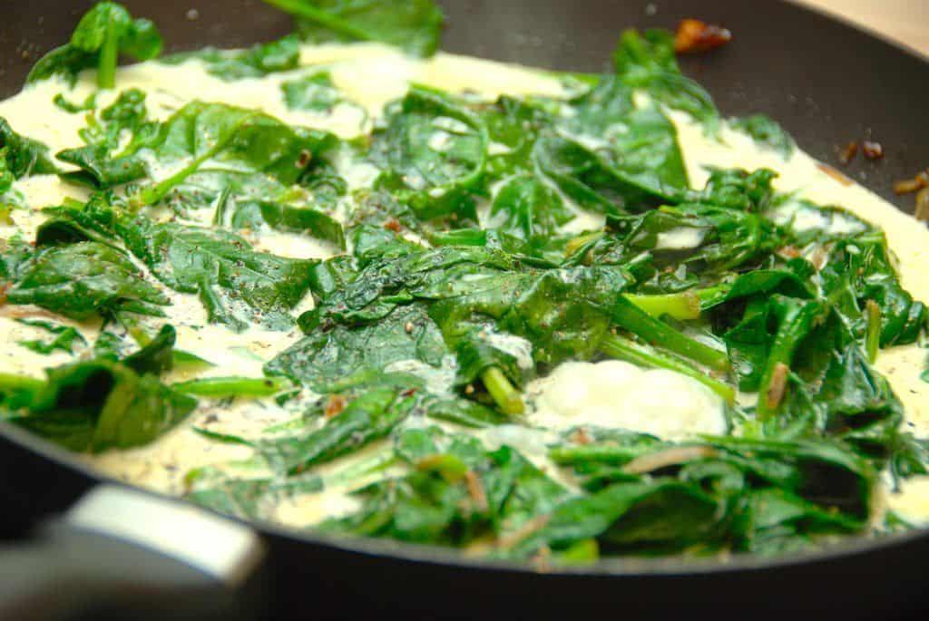Flødestuvet spinat med friske spinatblade