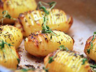Hasselback kartofler kaldes ofte fejlagtigt for hasselbagte kartofler, men uanset hvad du kalder dem, så er her opskriften på de perfekte hasselback kartofler. Kartoflerne pensles gerne med smør nogle gange undervejs. Foto: Madensverden.dk.