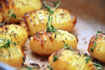 Opskrift på hasselback kartofler (hasselbagte kartofler)