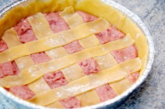 En skøn hindbærtærte, der er ret nem at lave. Bunden laves med en mørdej, og det er strimlerne øverst på tærten lavet af. Fylet er en dejlig hindbærmasse, og tærten skal bages i cirka 25 minutter. Foto: Madensverden.dk.