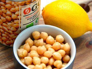 Hummus er meget nem at lave selv, og det er en klassisk ret fra Mellemøsten. den indeholder blandt andet kikærter og citron, men også andre spændende ingredienser. Foto: Madensverden.dk.