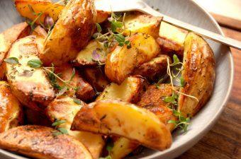 Her er verdens bedste kartoffelbåde i ovn, hvor kartoflerne er både sprøde, bløde og lækre. Kartoffelbådene koges i vand tilsat sherryeddike, hvorefter de steges sprøde i ovnen. Krydres med timian. Foto: Madensverden.dk.