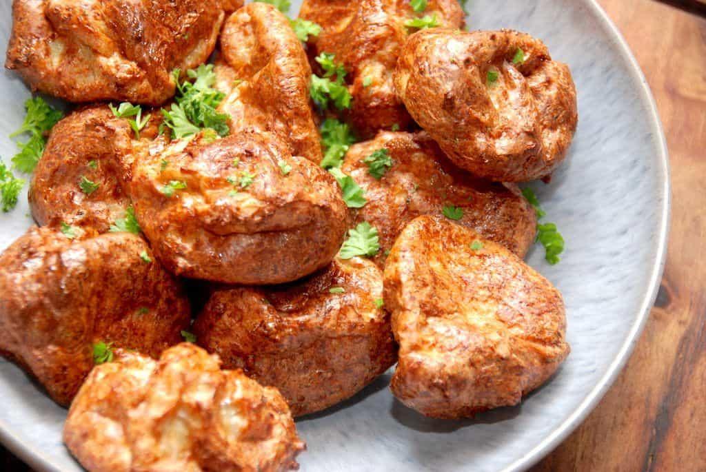 Skønne kyllingefrikadeller i ovn, der er så nemme at lave. Farsen røres med hakket kyllingekød, og derfor indeholder frikadellerne ikke så meget fedt. Kyllingefrikadellerne steges i ovnen, og bliver super lækre. Foto: Madensverden.dk.