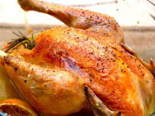 En sprød og lækker langtidsstegt kylling i ovn, som fyldes med rosmarin og hvidløg. Kyllingen steges i en stegeso med låg, og stegetiden er cirka tre timer. Foto: Madensverden.dk.