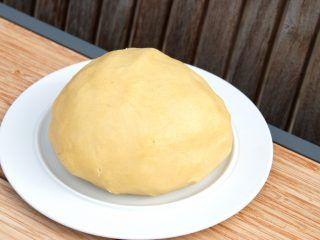 En meget let og lækker linsedej, der bruges til linser, tærter og andre kager. Dette er en god grundopskrift, og den kan holde sig 10-12 dage i køleskabet. Linsedejen kan også fryses ned. Foto: Madensverden.dk.