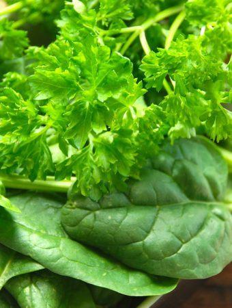 Må man genopvarme mad med spinat og persille?