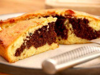 Dette er en virkelig lækker og svampet marmorkage, der samtidig er nem at bage af få ingredienser. Marmorkagen kan bages i en almindelig form, springform eller i en bradepande. Du kan også bruge dejen til marmorkage muffins. Foto: Madensverden.dk.