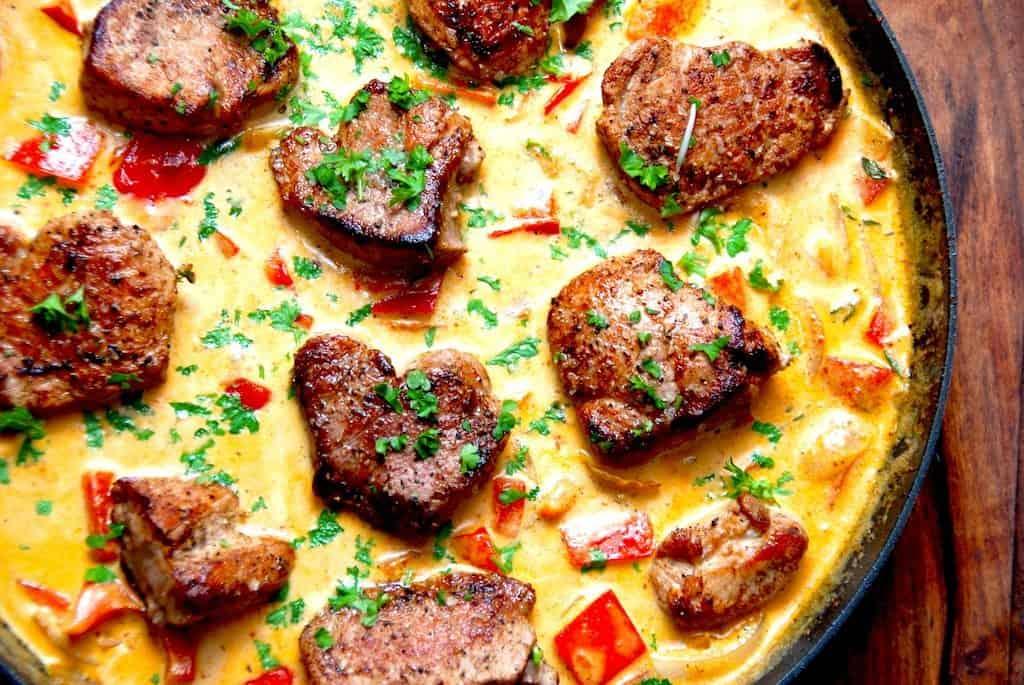 Mørbradbøffer er hurtig mad, og her er stegt på panden og serveret i en virkelig lækker paprikasovs. Det er vigtigt at brune mørbradbøfferne grundigt, så de får den helt rigtige stegeskorpe, hvor der sidder masser af smag. Foto: Madensverden.dk.