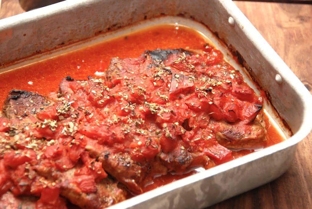 Ovnstegte koteletter med tomater