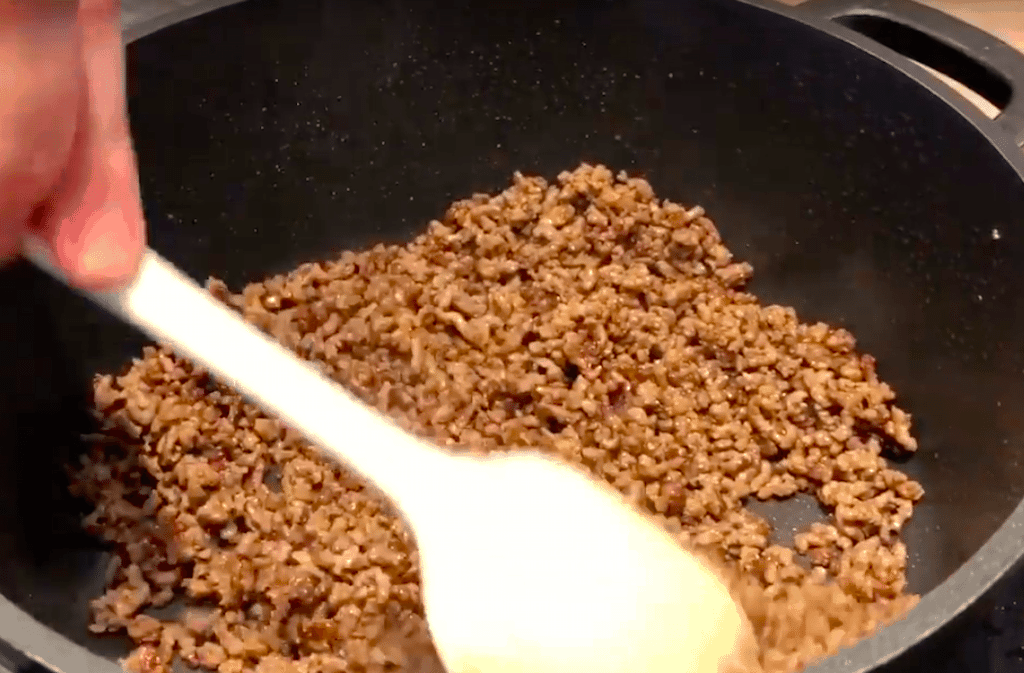 Hakket oksekød skal brunes godt af, for der sidder masser af smag til din ret i netop denne del. Derfor tager det tid at brune det hakkede oksekød tilstrækkeligt. Foto: Madensverden.dk.