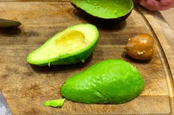 VIDEO: Sådan skræller du en avocado