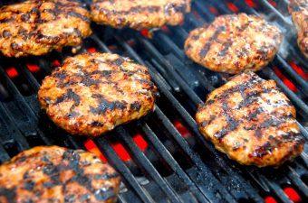 De saftige burgerbøffer kan både grilles ved direkte varme, eller steges på en varm pande. I videoen kan du se hvordan du laver kødet til burgerbøfferne, og hvordan du former en god burgerbøf. Foto: Madensverden.dk.
