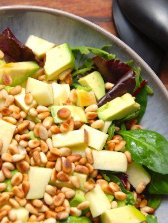 Salat med avocado. æble og pinjekerner