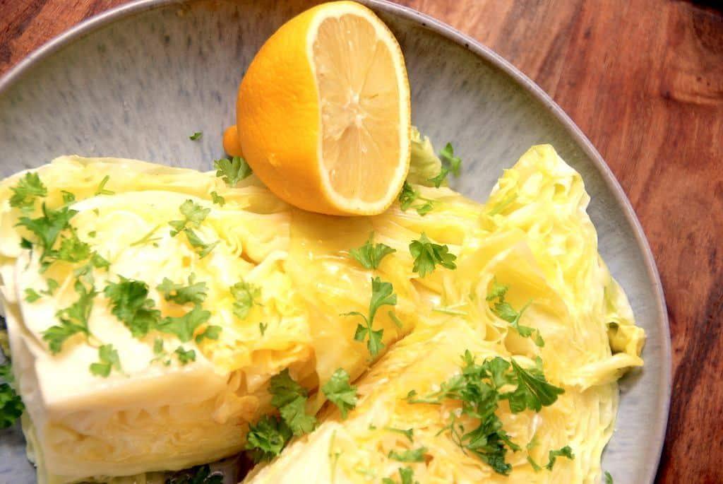 Smørstegt spidskål med persille og citron
