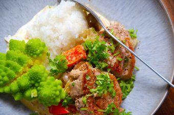 Svinemørbrad med champignonsovs er god aftensmad, som du kan lave på 15 minutter. Her er retten serveret med lidt dampet romanesco, men du kan også servere den med broccoli eller blomkål. Foto: Madensverden.dk.