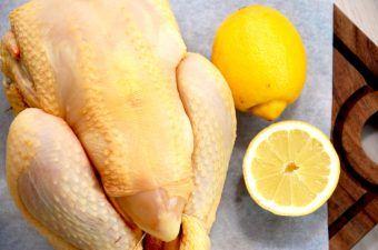 Tandoori kylling er oprindeligt en indisk opskrift, hvor kyllingen marineres i yoghurt og tandoori krydderi. Det må gerne tage et døgn, og derefter kan du stege kyllingen færdig i ovnen. Foto: Madensverden.dk.