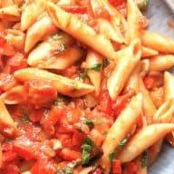 Det er utroligt let at lave denne tomatsovs, som jeg derfor kalder for verdens nemmeste tomatsovs. Den vendes sammen med pasta, og her det pastapenne. Foto: Madensverden.dk.