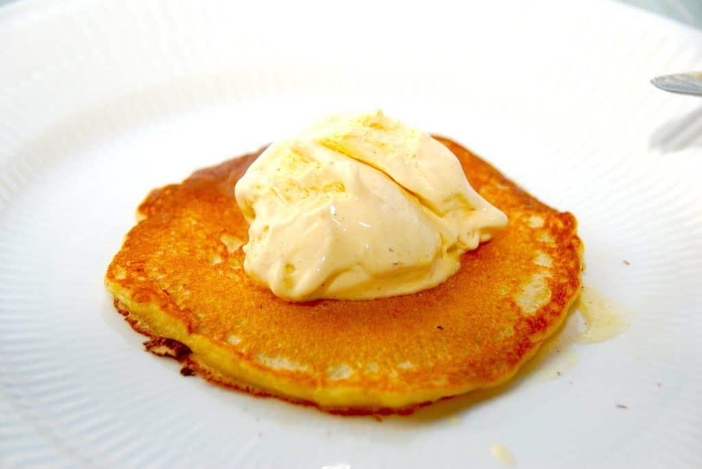 Server de amerikanske pandekager med en klat is og eventuelt friske bær. Det er en nem og lækker dessert. Foto: Madensverden.dk.