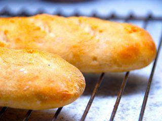 Lækre baguettes, der er sprøde franske brød. De er nemme at bage selv, og de er gode som madbrød. Foto: Madensverden.dk.